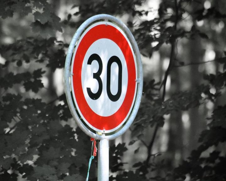 Az EP 30 kilométeres óránkénti sebességkorlátozást vezetne be a lakott területeken